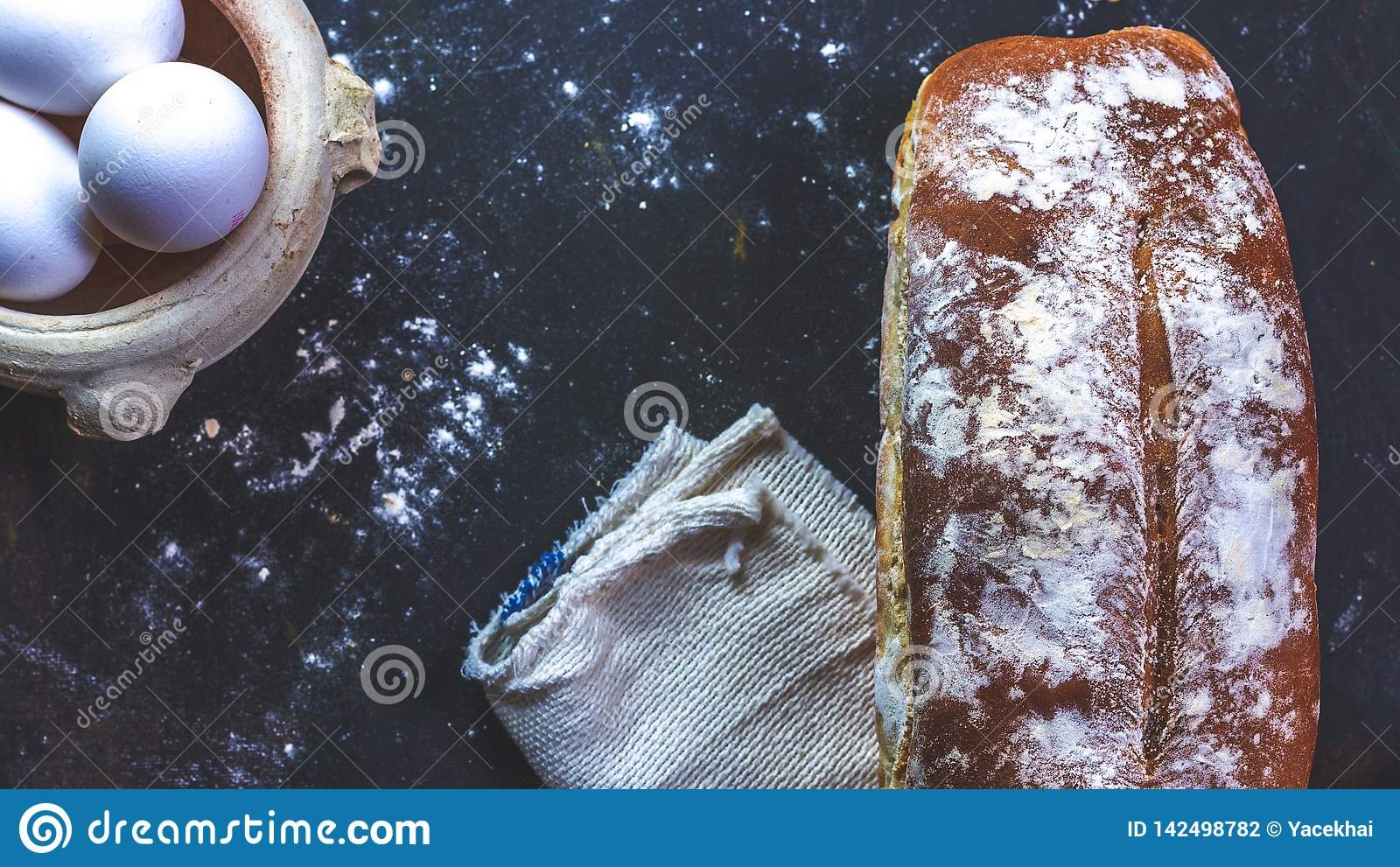 Huisbrood en eieren en servet