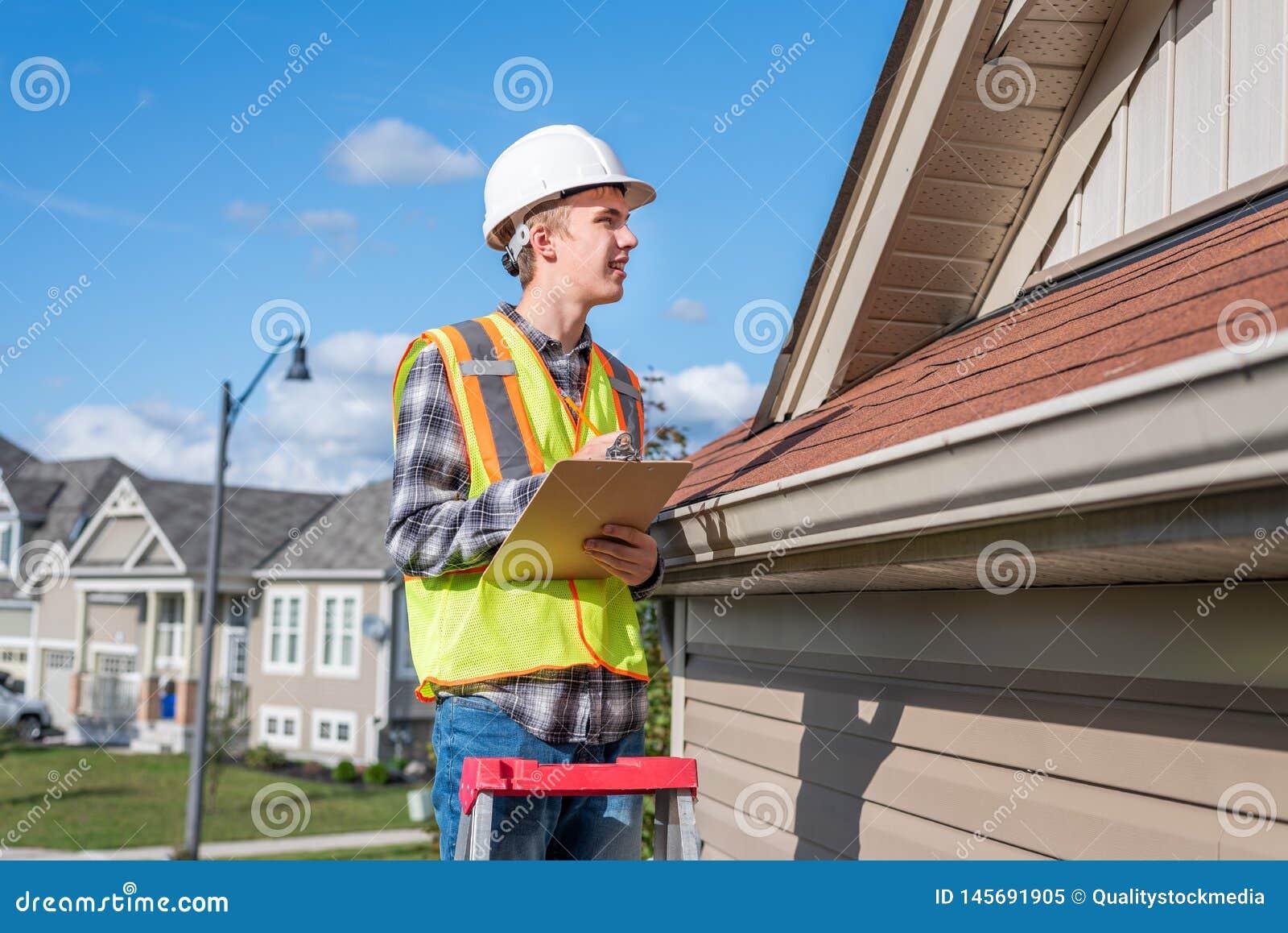 Huisinspecteur die een inspectie verstrekt aan een huis