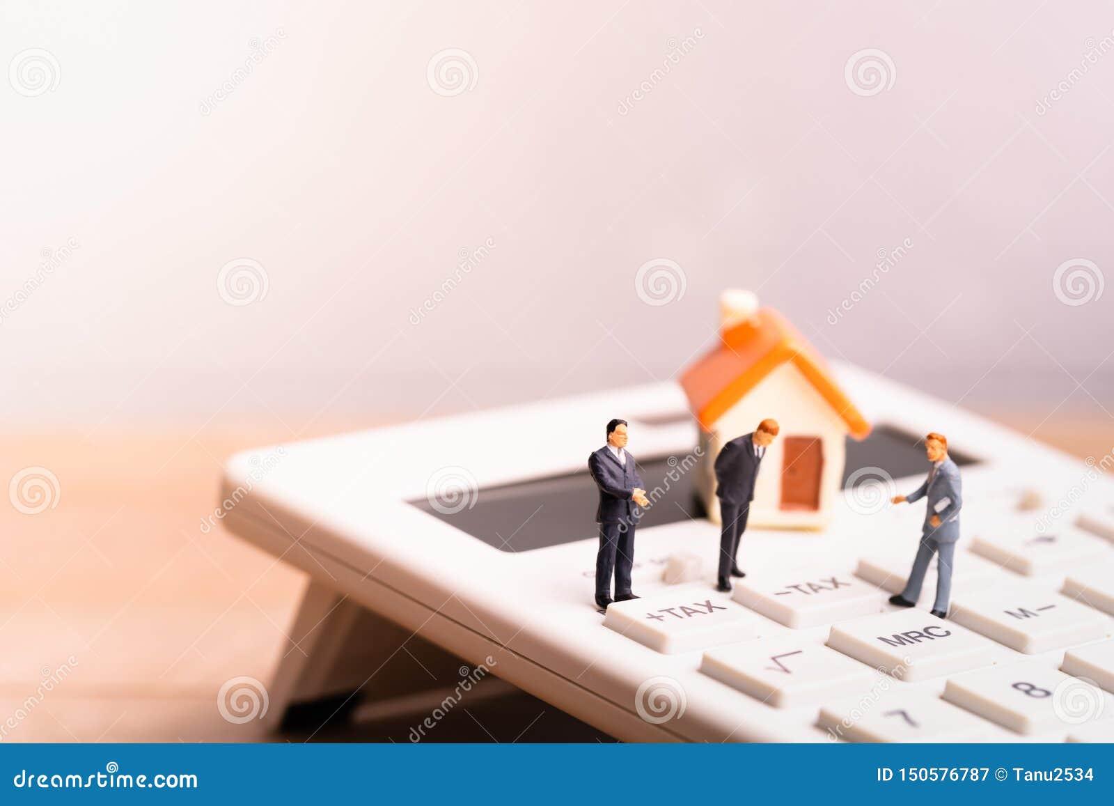 Huismodel en businessmans op calculator met de woordbelasting
