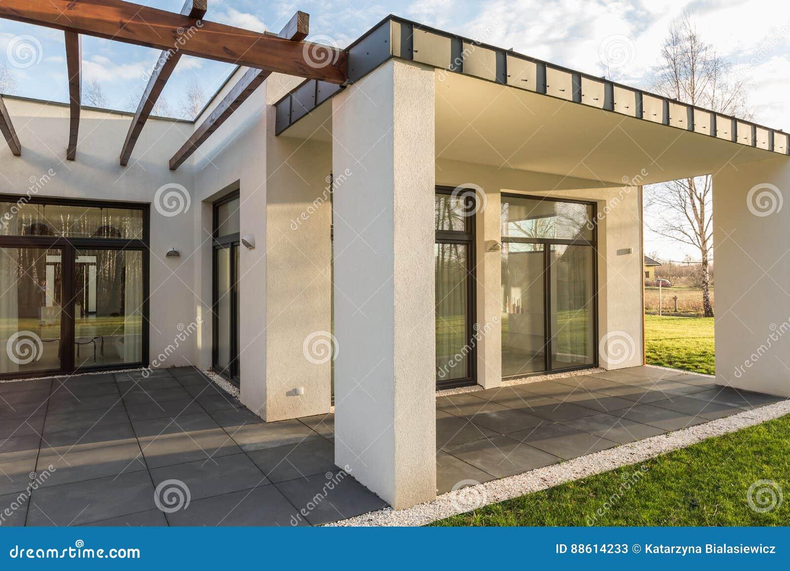 Huisterras met pergola en tuin stock afbeelding afbeelding