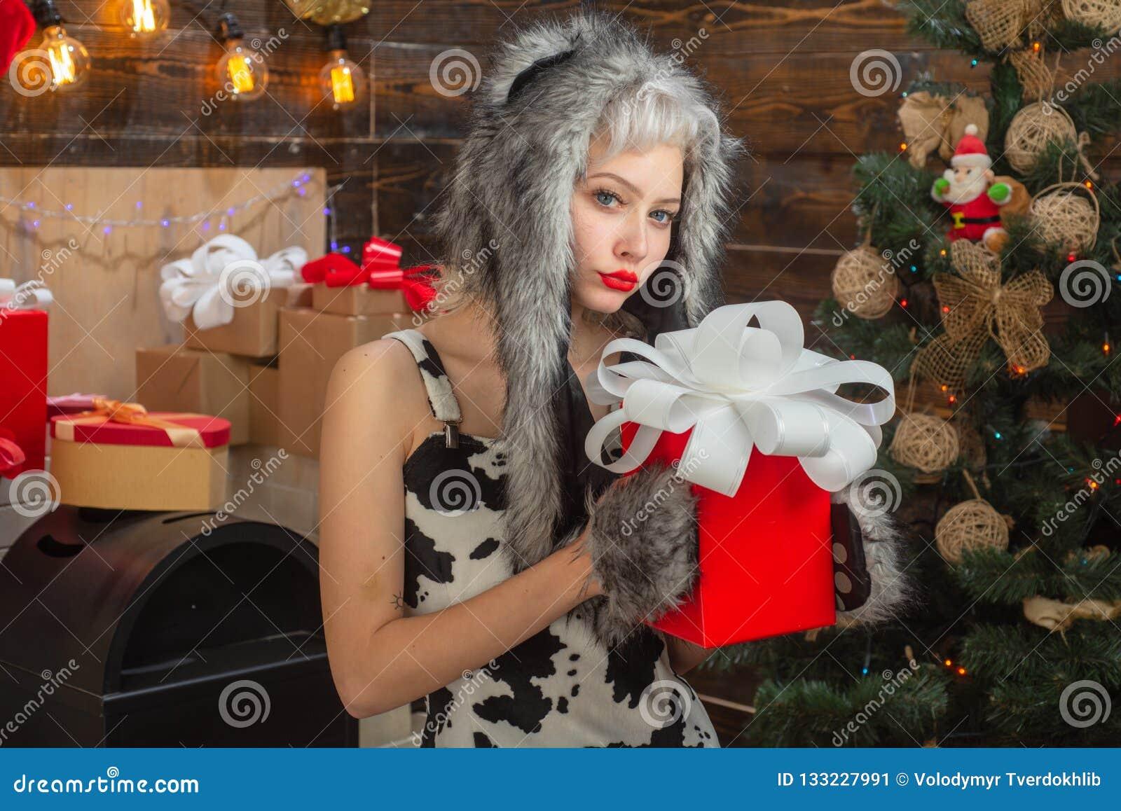 Huisvakantie Hulst heel swag Kerstmis en noel De gift van het nieuwjaar De jonge vrouw knipoogt Grappig meisje in het kostuum van