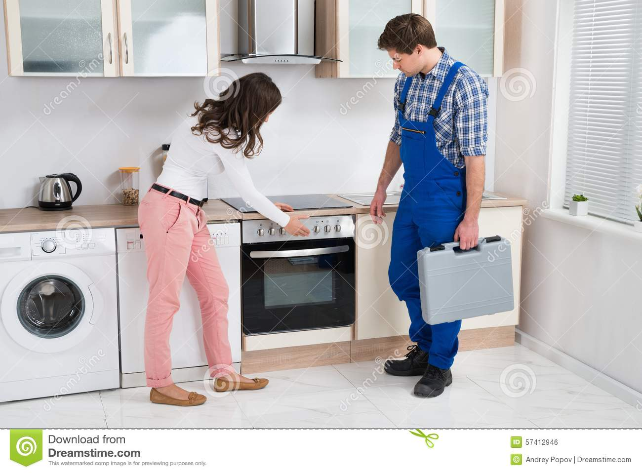 Huisvrouw Showing Damaged Oven To Worker