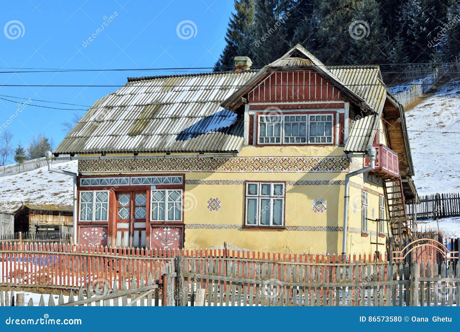 Huizen als paaseieren, in het dorp Ciocanesti, provincie Suceava, Roemenië worden geschilderd dat
