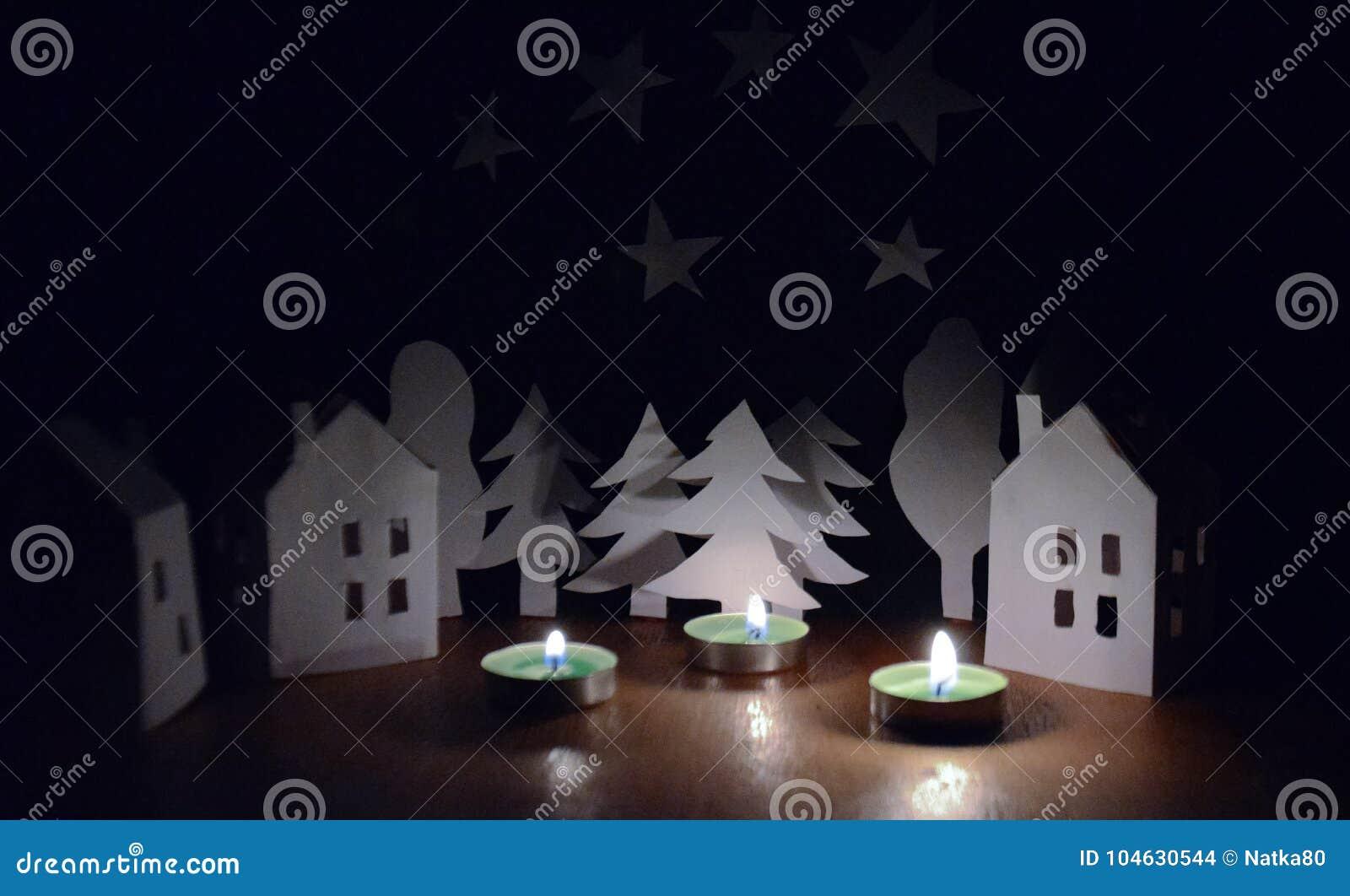 Download Huizen En Bomen Naast De Kaarsen Stock Foto - Afbeelding bestaande uit beeld, groet: 104630544
