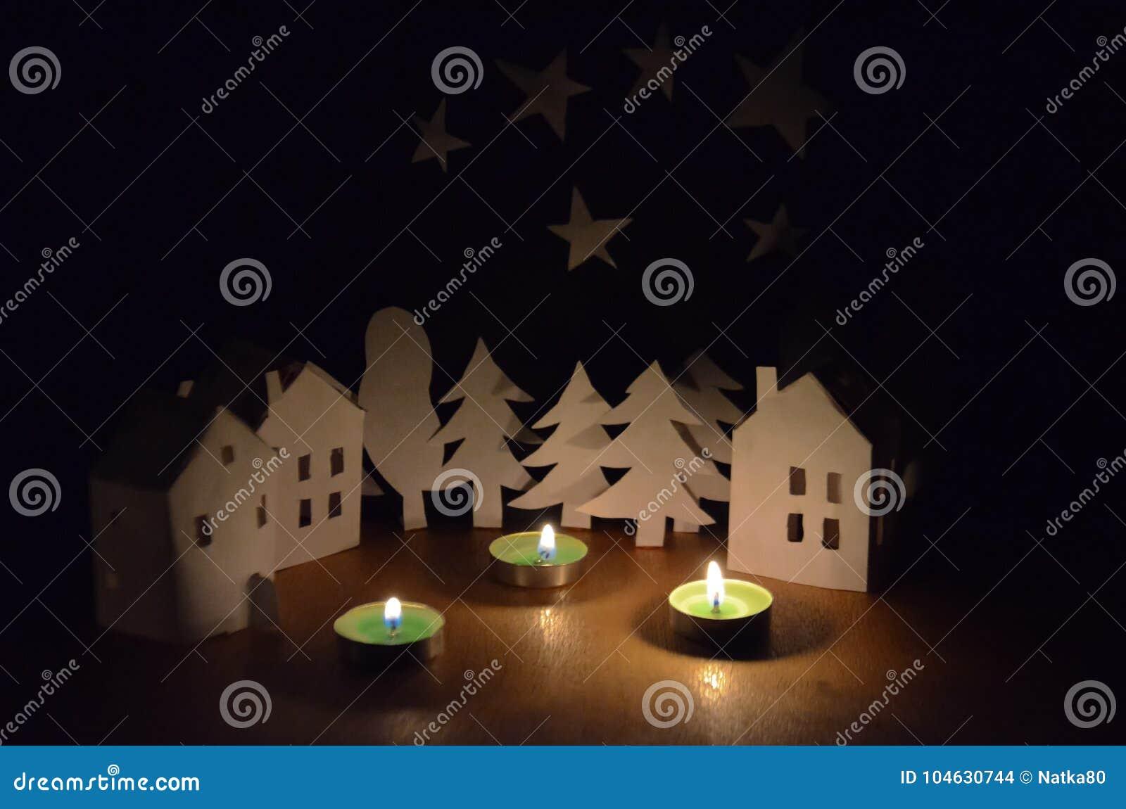 Download Huizen En Bomen Naast De Kaarsen Stock Foto - Afbeelding bestaande uit donker, glowing: 104630744