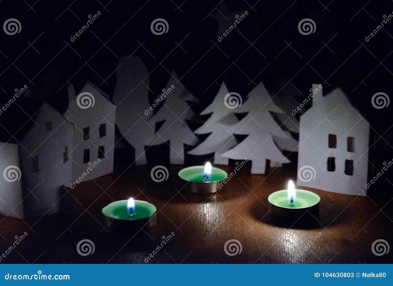 Download Huizen En Bomen Naast De Kaarsen Stock Afbeelding - Afbeelding bestaande uit foto, vakantie: 104630803