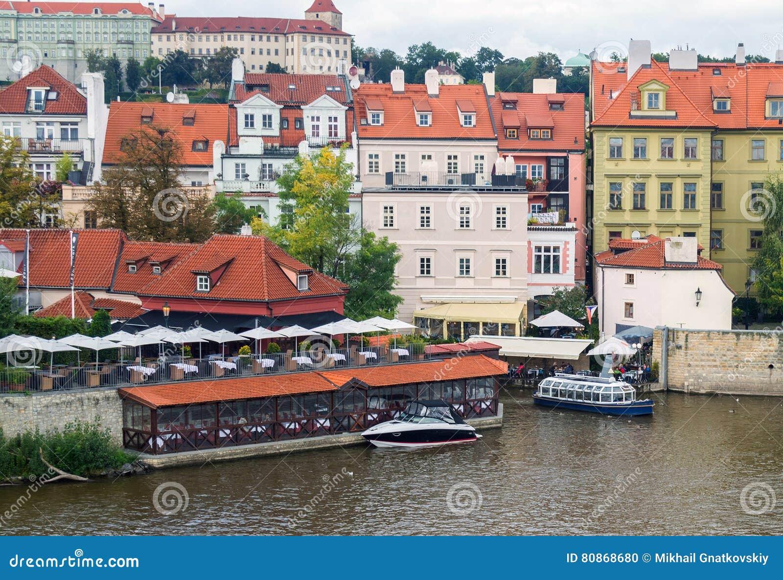 Restaurants In Huizen : Huizen en restaurants op de rechteroever van de rivier vltava stock