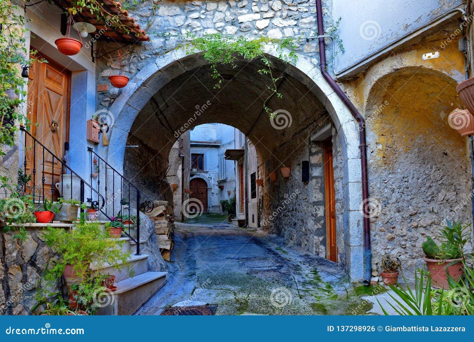 Huizen en stegen in een kleine gezellig ouderwetse Italiaan dorp