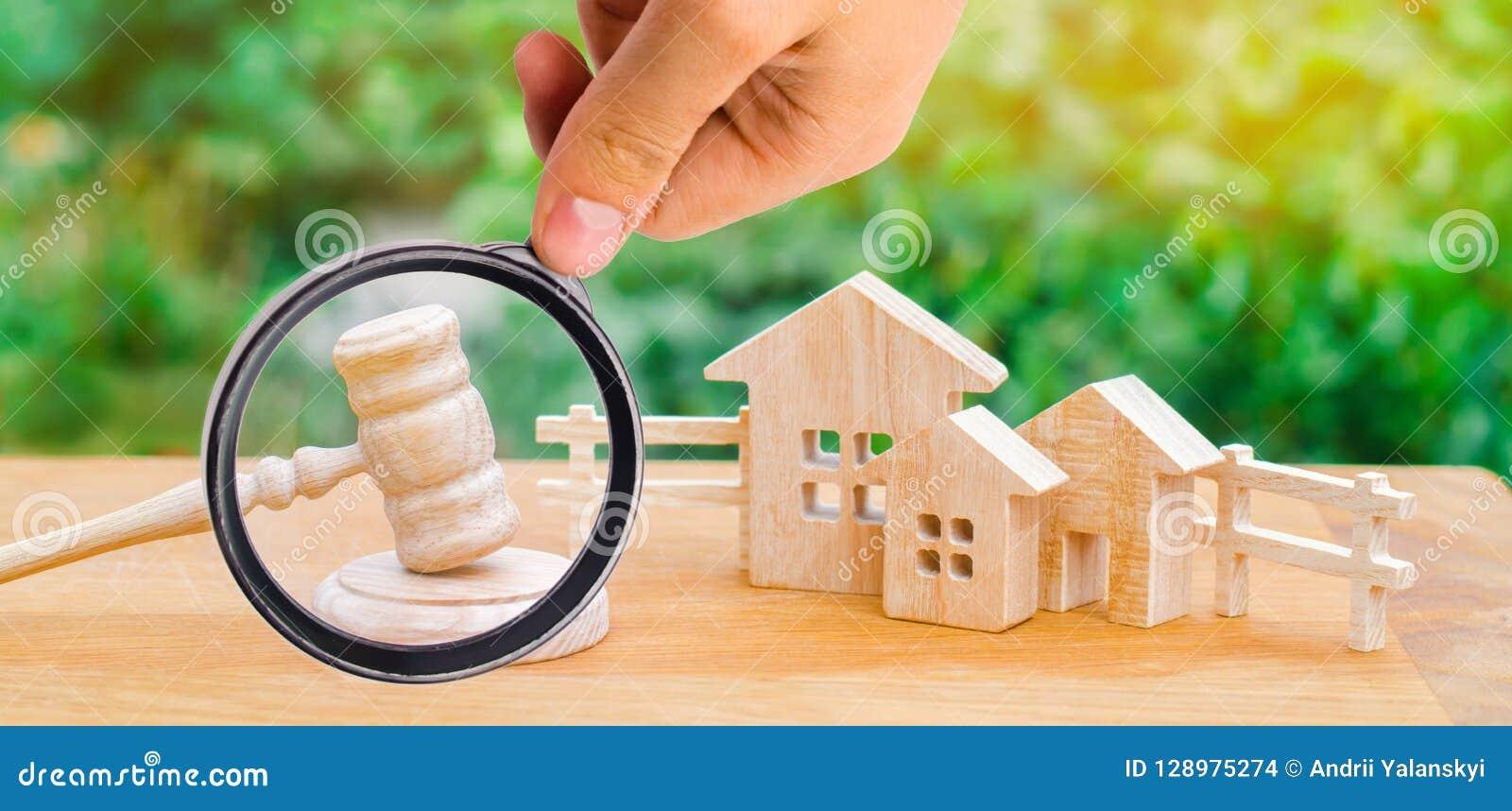 Huizen/onroerende goederen en een hamer van de rechter hof en divisi