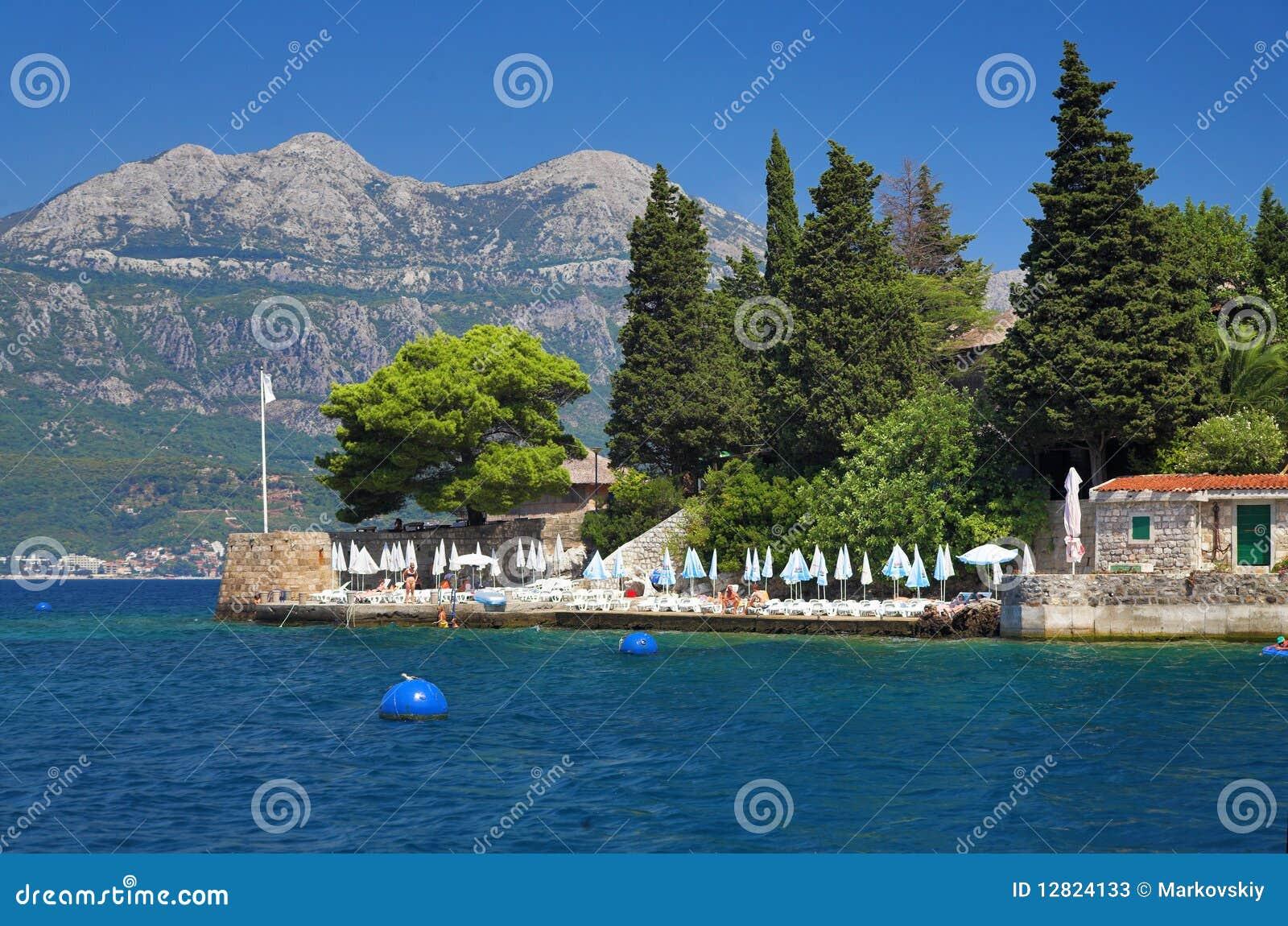 Huizen op de kust van kotor baai montenegro stock foto 39 s afbeelding 12824133 - Planter uitzicht op de baai ...