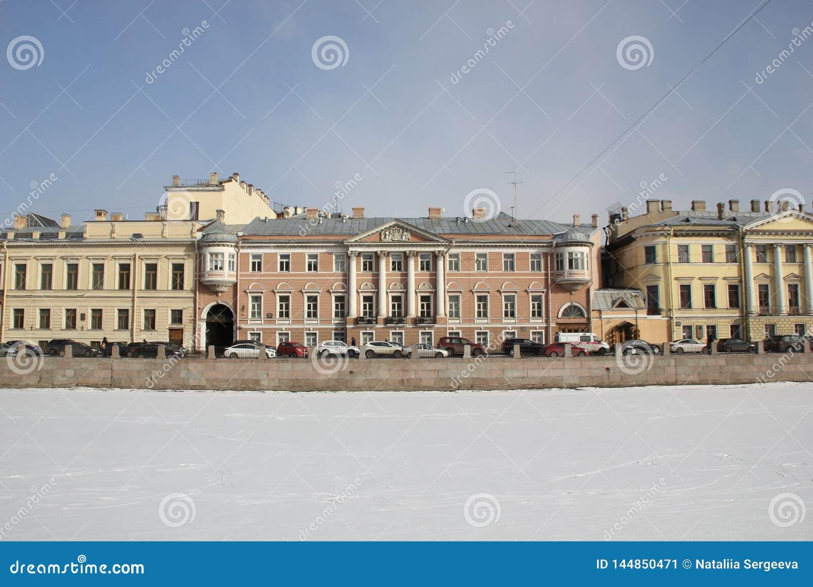 Huizen op Fontanka-dijk in de winter in St. Petersburg, Rusland