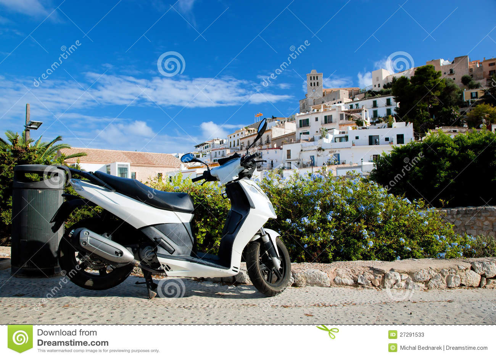 Hulajnoga i panorama Ibiza, Hiszpania