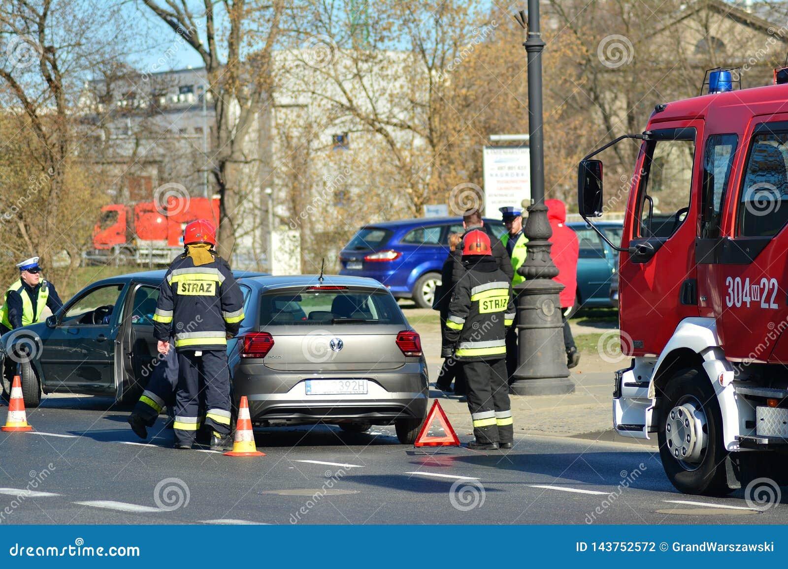 Hulpdiensten bij de scène van een verkeerongeval
