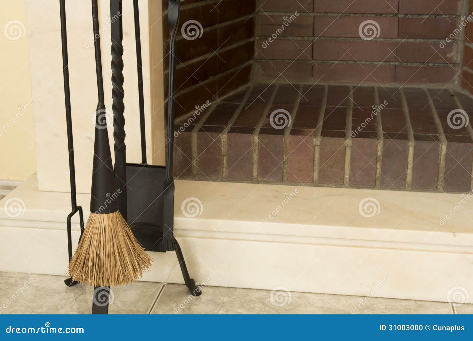 Open Haard Maken : Hulpmiddelen om open haard schoon te maken stock foto afbeelding