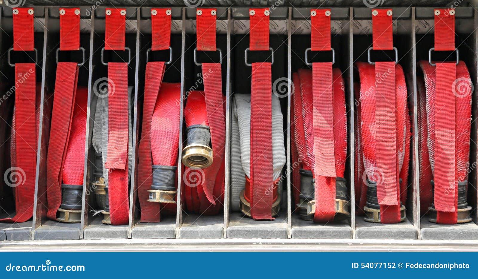 Hulpmiddelen van brandbestrijders aan brand weg