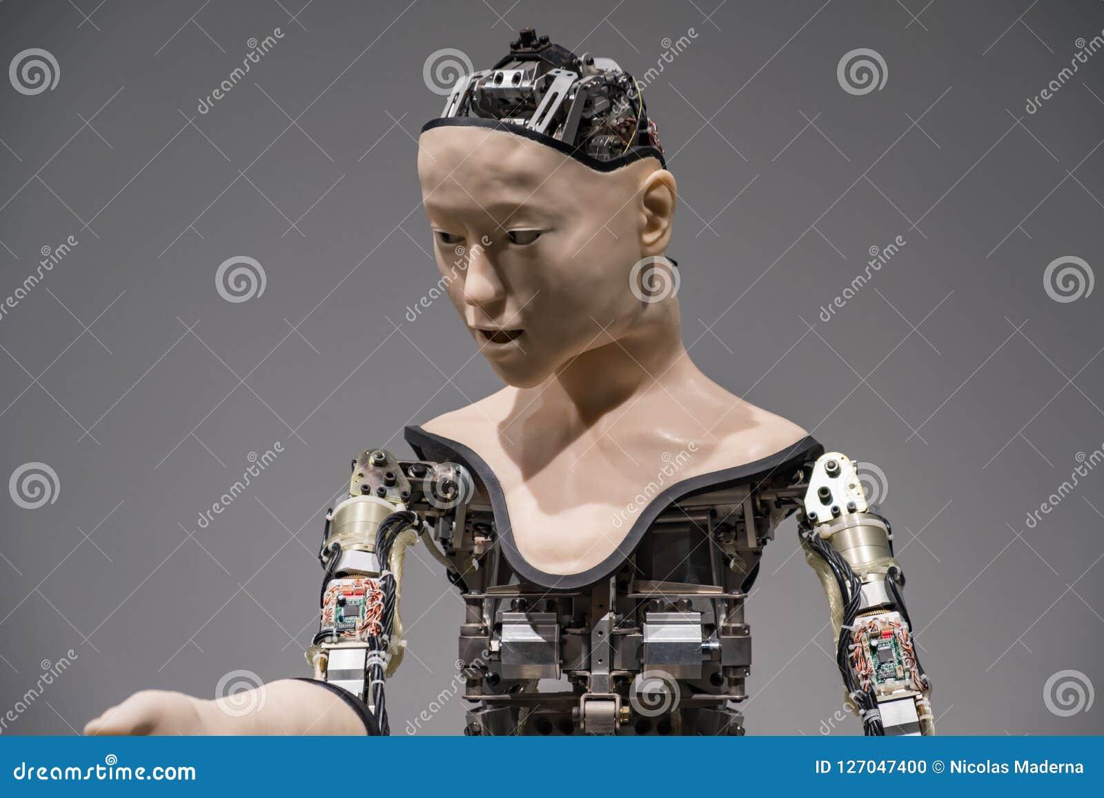 Humanoid robota spełniania przedstawienie w Miraikan muzeum narodowym Wyłaniać się naukę i innowację
