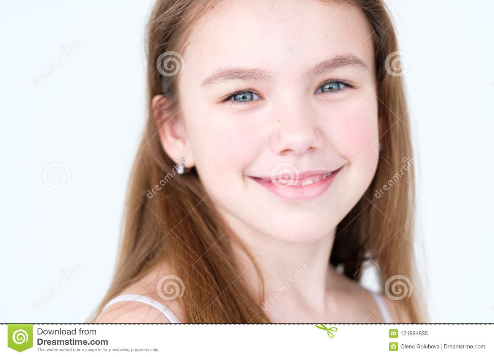 Humeur de sourire avec plaisir heureuse de fille d enfant d émotion