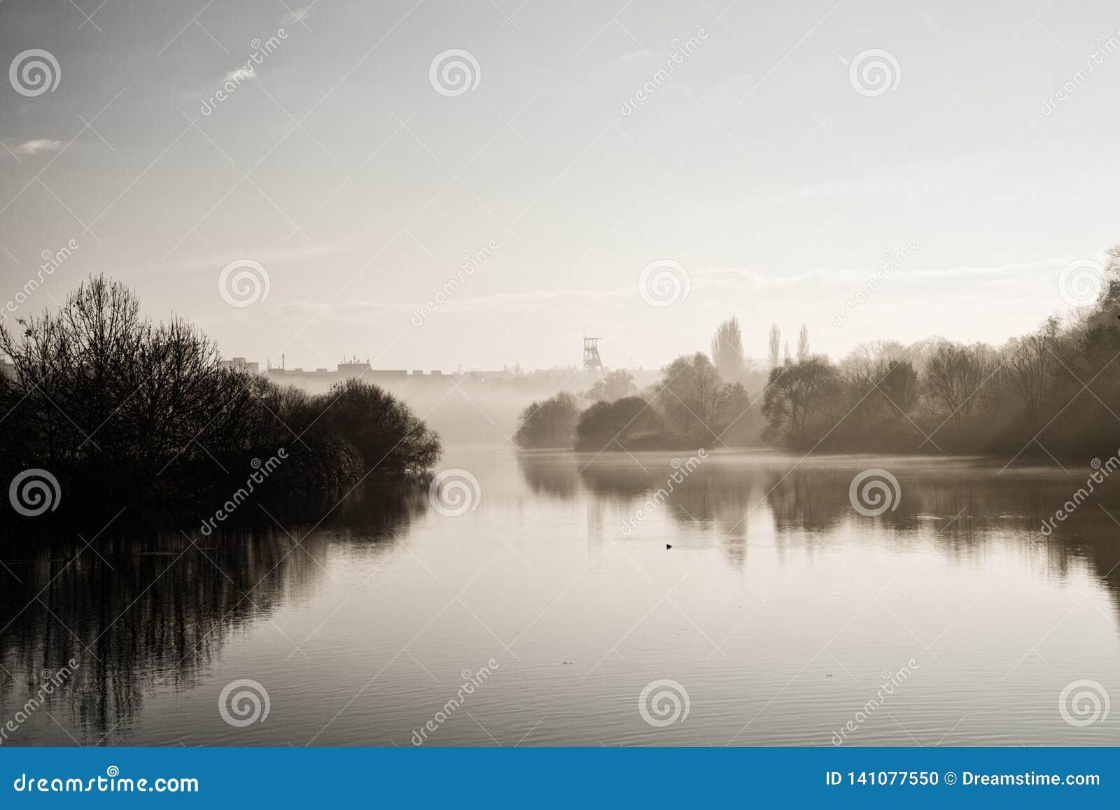 Humeurige Zonsondergang van Rive van Ruhr in Essen Duitsland
