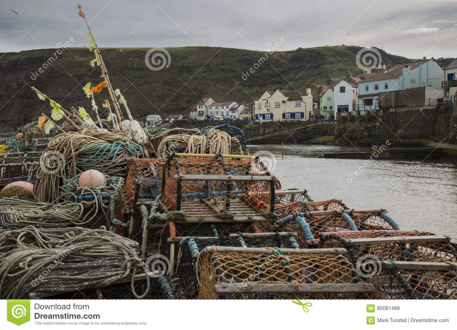 Hummerkrukor på hamnen