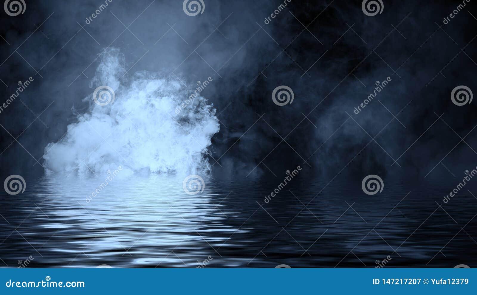 Humo azul con la reflexi?n en agua La textura de la niebla del misterio sobrepone el fondo