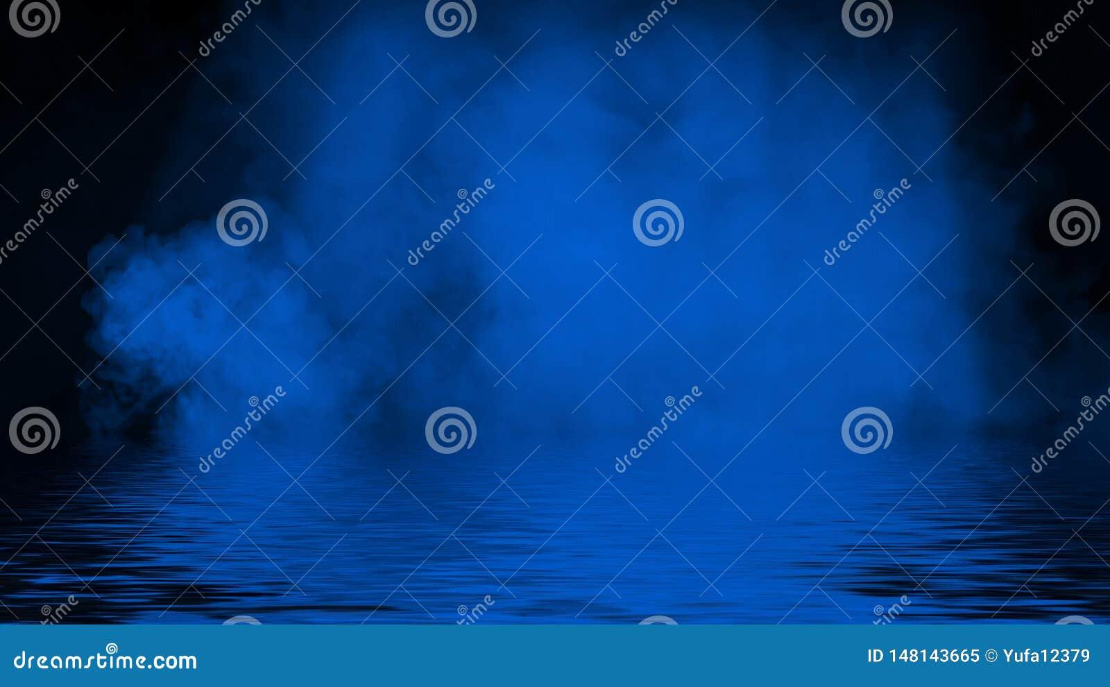 Humo azul del proyector con la reflexi?n en agua La textura de la niebla del misterio sobrepone el fondo