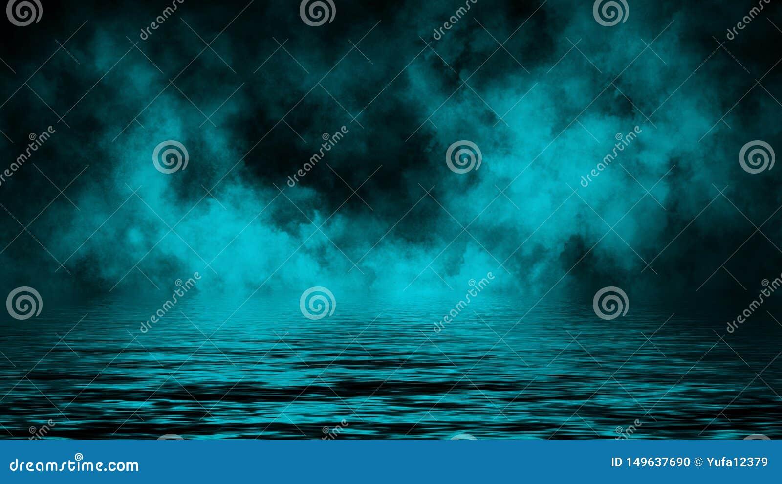 Humo con la reflexi?n en agua La textura azul de la niebla del misterio sobrepone el fondo