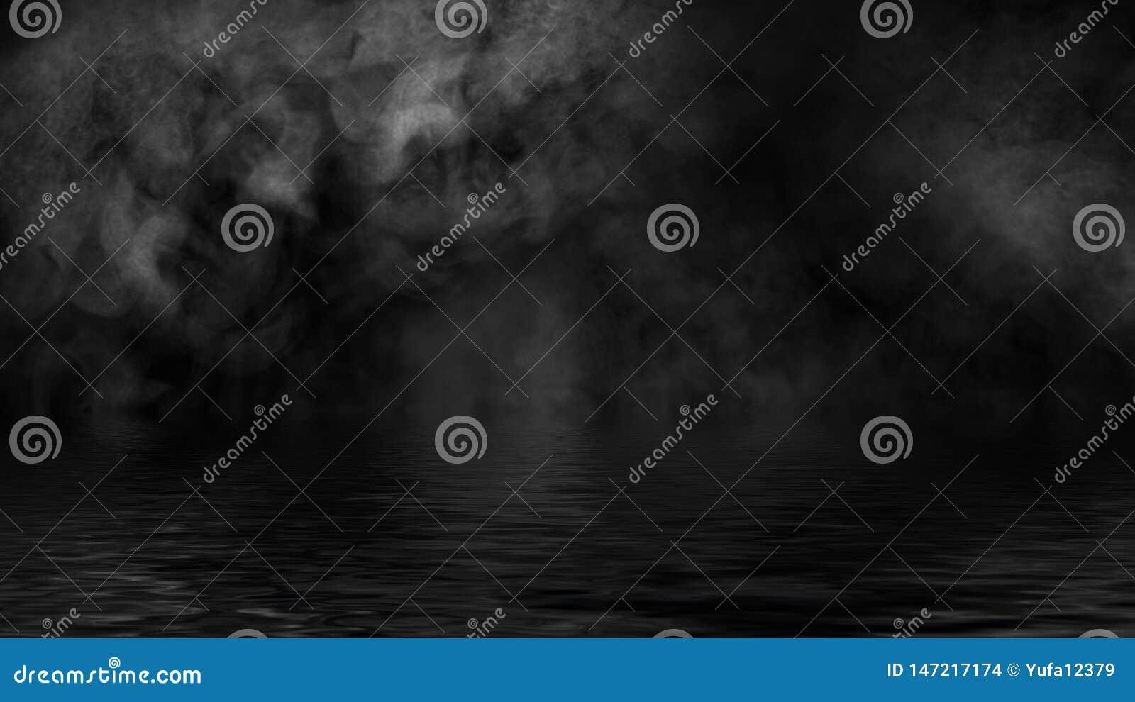 Humo con la reflexi?n en agua La textura de la niebla del misterio sobrepone el fondo