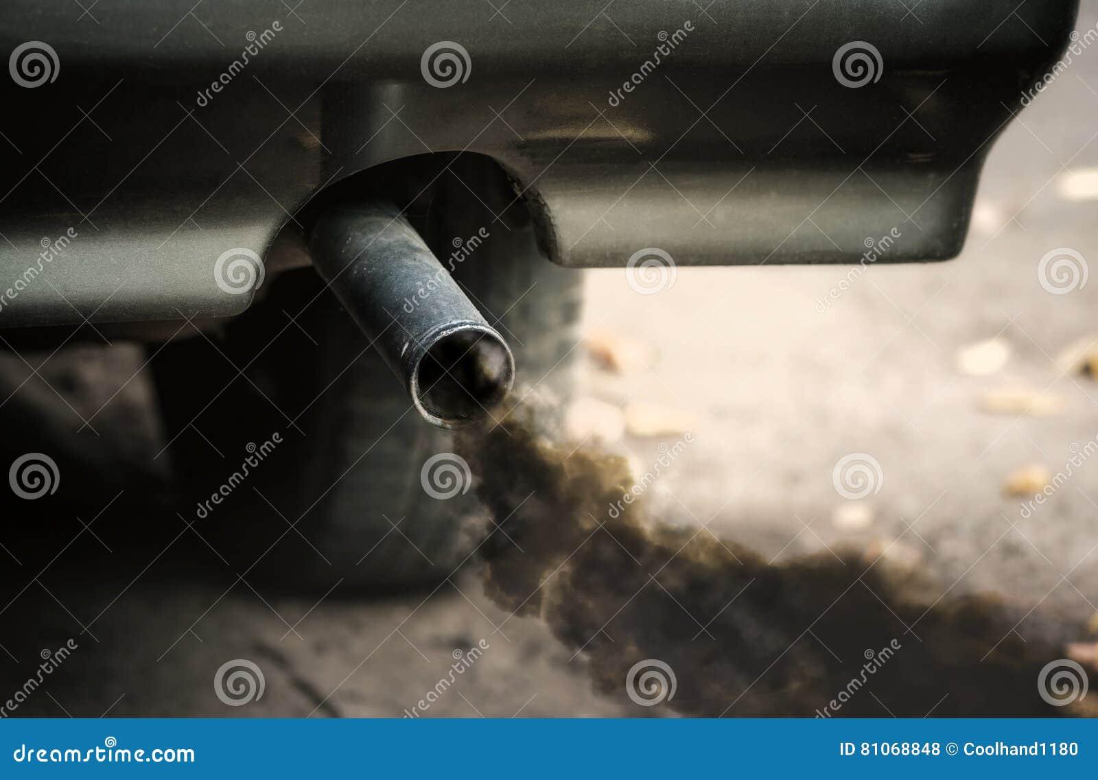 Humo del extractor del tubo del coche