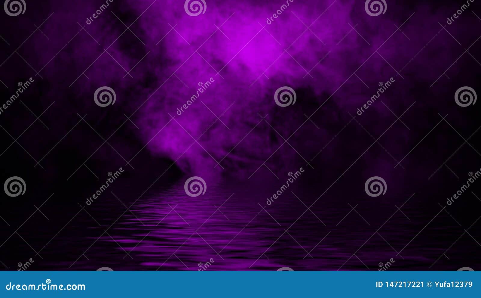 Humo p?rpura con la reflexi?n en agua Fondo de la textura de la niebla del misterio Textura del dise?o