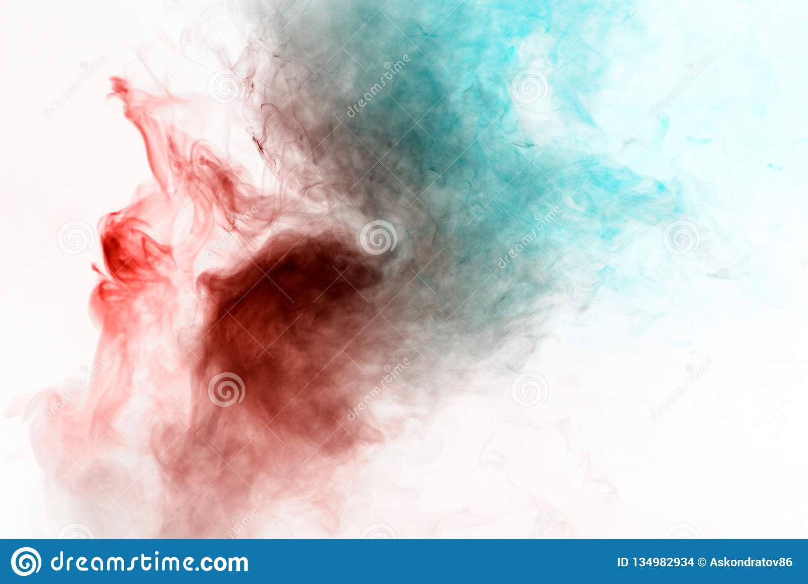 Humo que se encrespa multicolor, vapor azul rojo, encrespados en formas y modelos abstractos en un fondo blanco, repitiendo el mo
