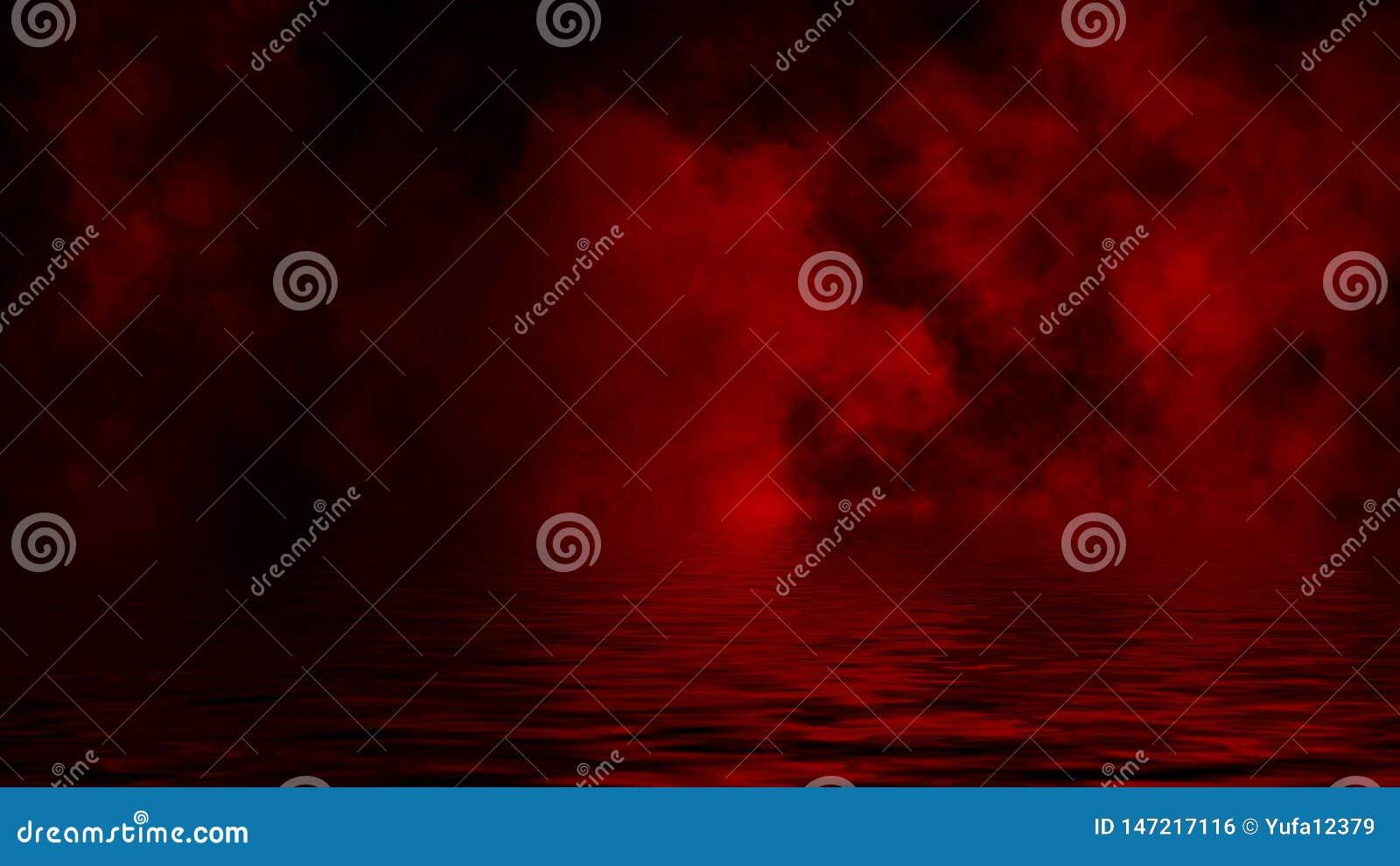 Humo rojo con la reflexi?n en agua La textura de la niebla del misterio sobrepone el fondo