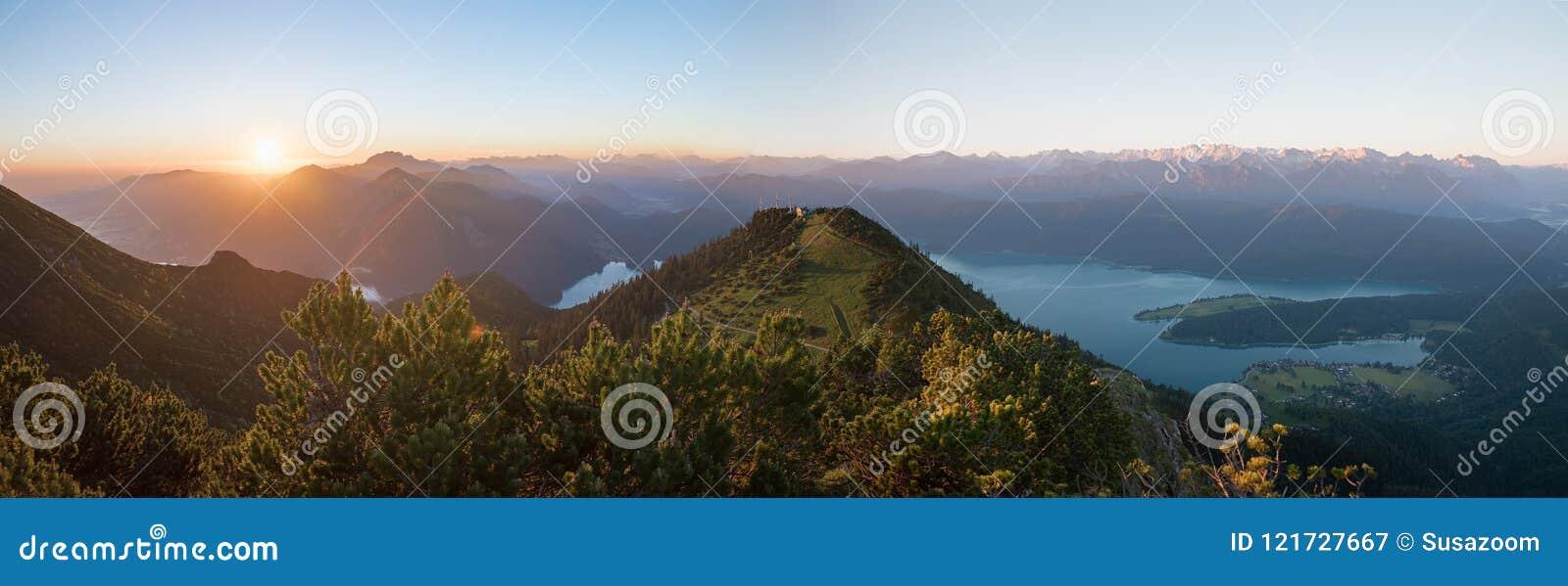Humor de la mañana en la montaña del martinskopf, con el sol naciente y el bavari