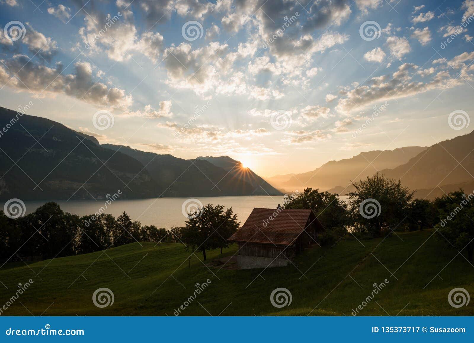 Humor de la mañana sobre el thun y las montañas, oberland bernese del lago