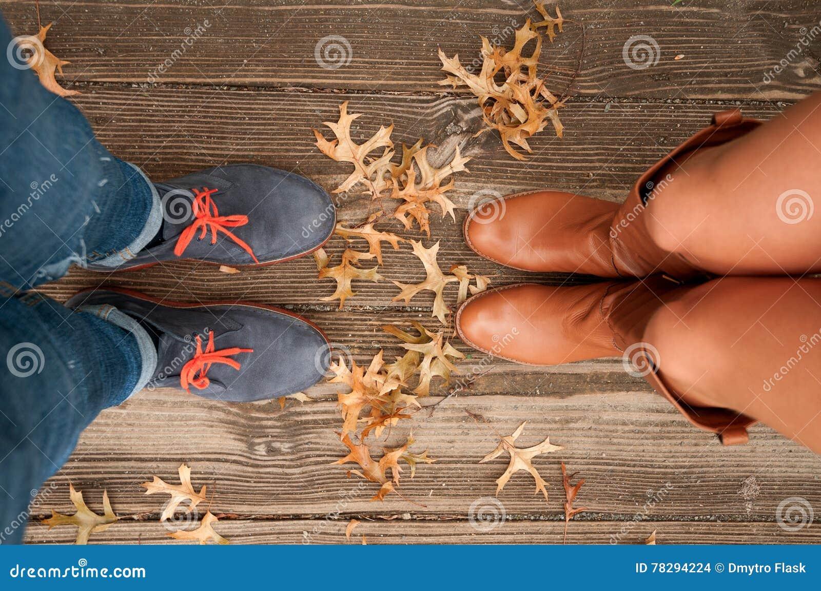 Humor del otoño, pies de la escena del otoño y hojas de la caída