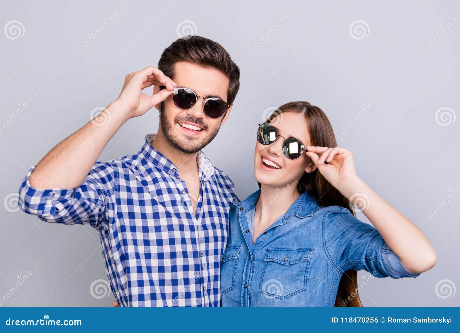 Humor do verão e do divertimento Os estudantes novos estão vestindo óculos de sol na moda e sorriso, nas camisas ocasionais, leva