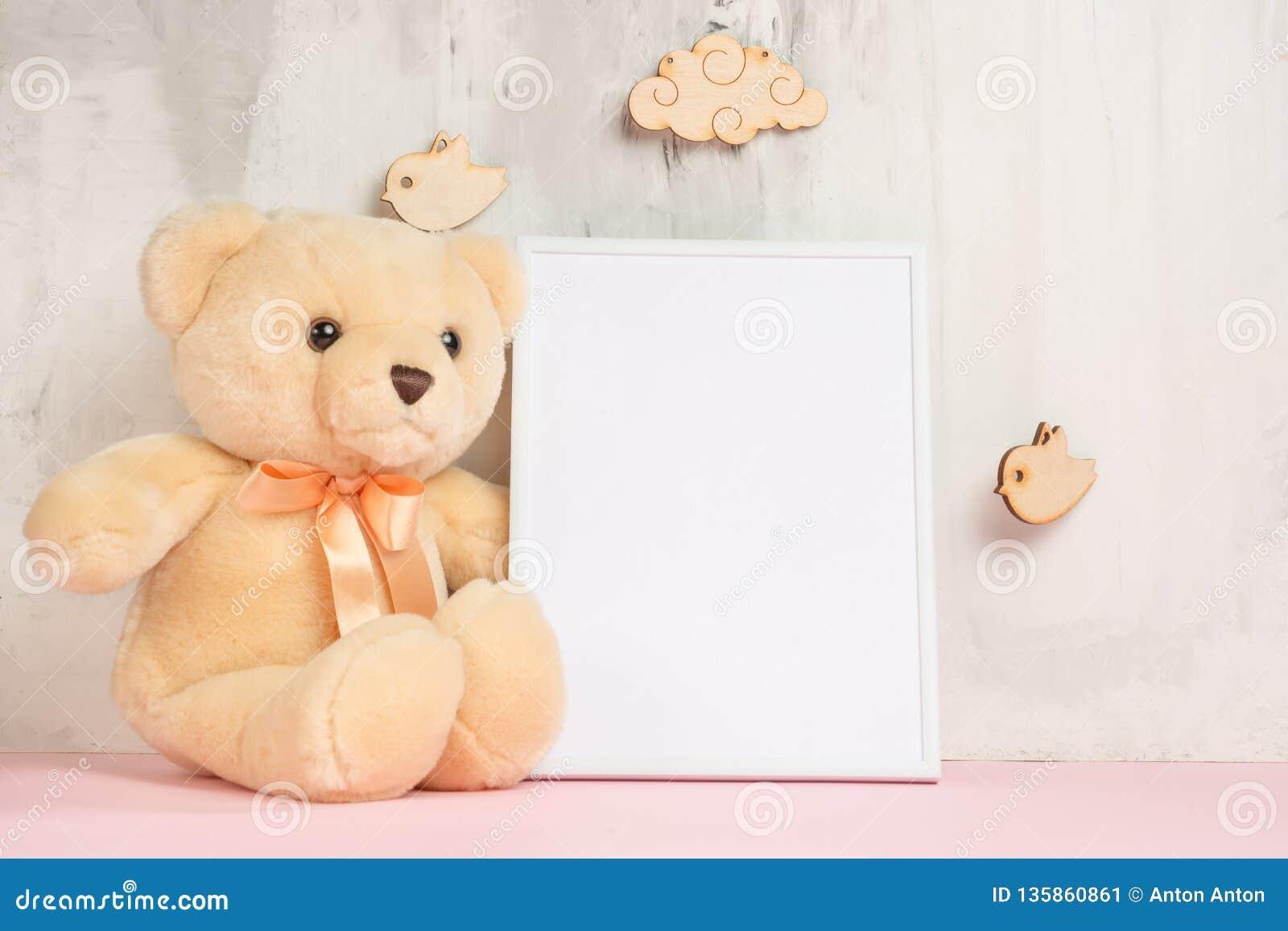 Humor festivo, juguetes del bebé con el marco vacío blanco para el diseño de la disposición Ducha de bebé