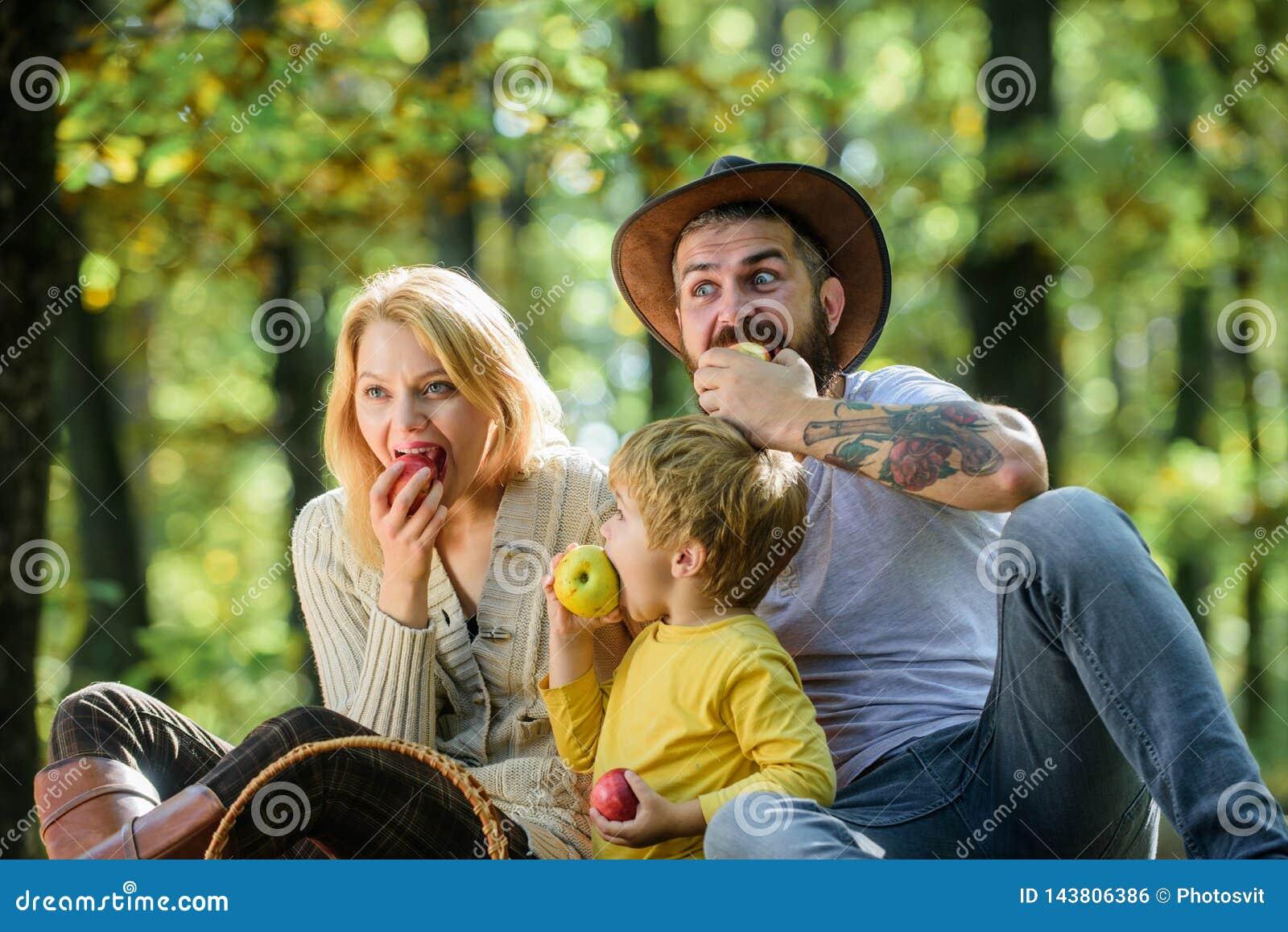 Humor saudável da mola do café da manhã Dia feliz da família A mãe, pai do vaqueiro ama sua criança do rapaz pequeno Piquenique d