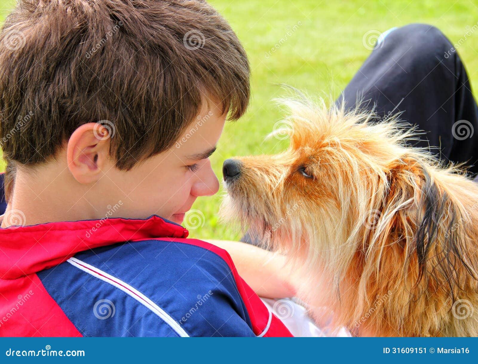 Hund, der das Jungengesicht schnüffelt