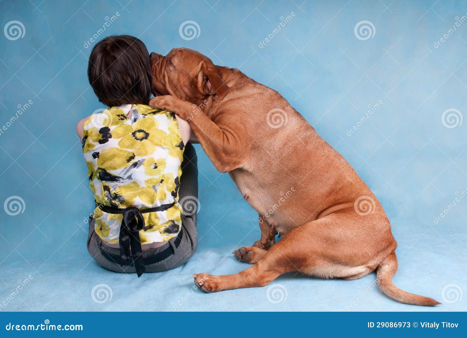 Hund, der ihr Mädchenoriginal küsst