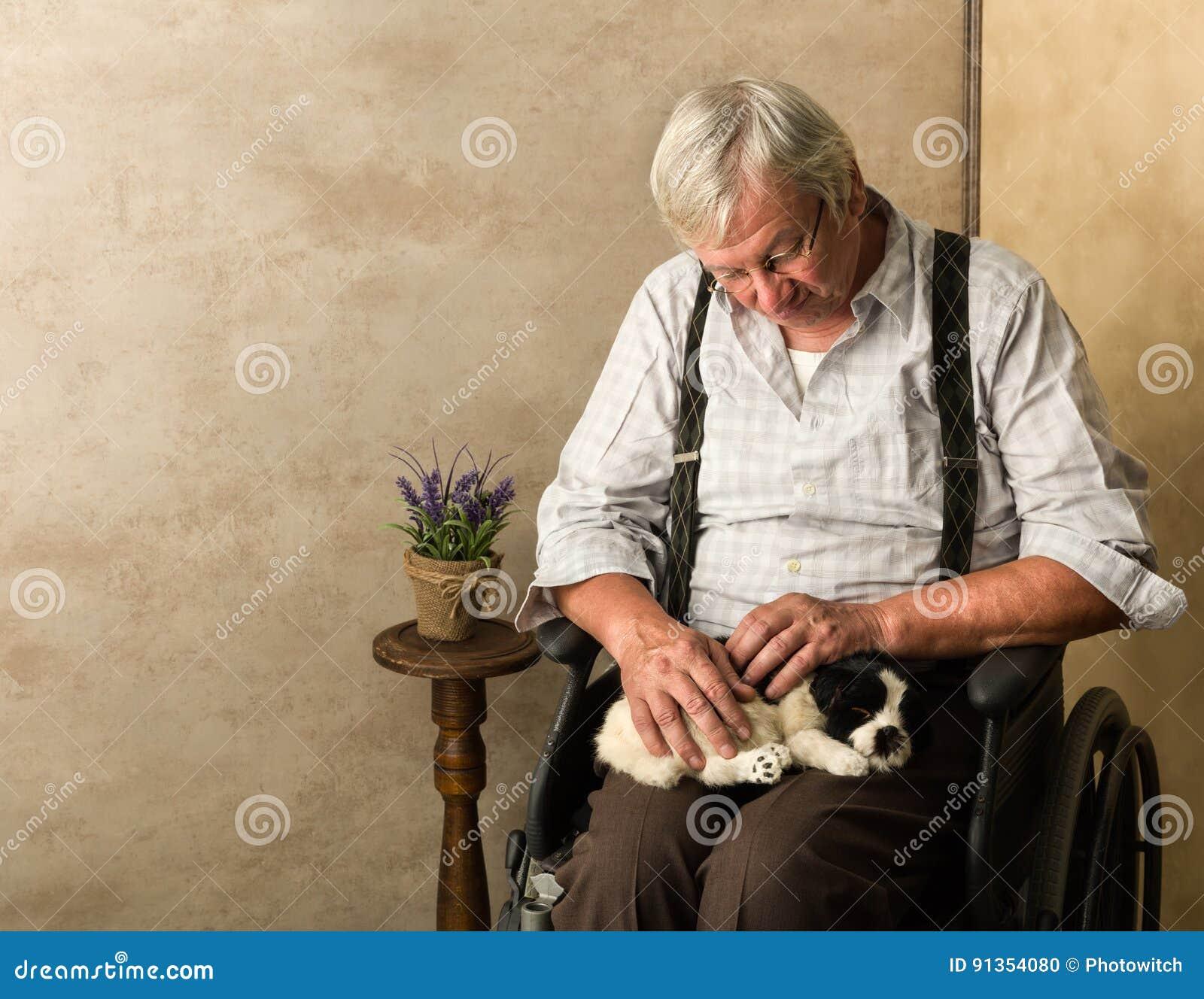 Hund med den äldre mannen