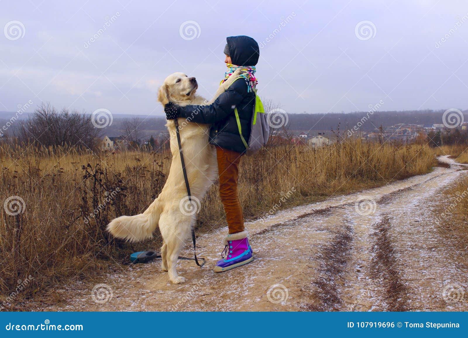 Hund och ägare som är utomhus- Spela för golden retriever som är utomhus-