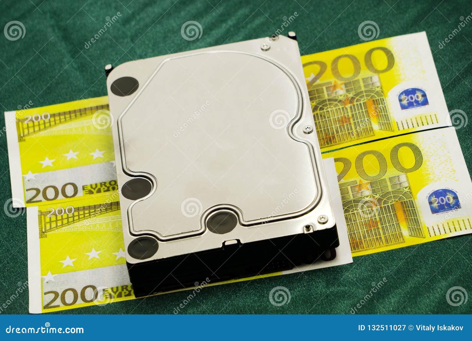 Hundert Eurobanknoten und hardisk in der Nahaufnahme