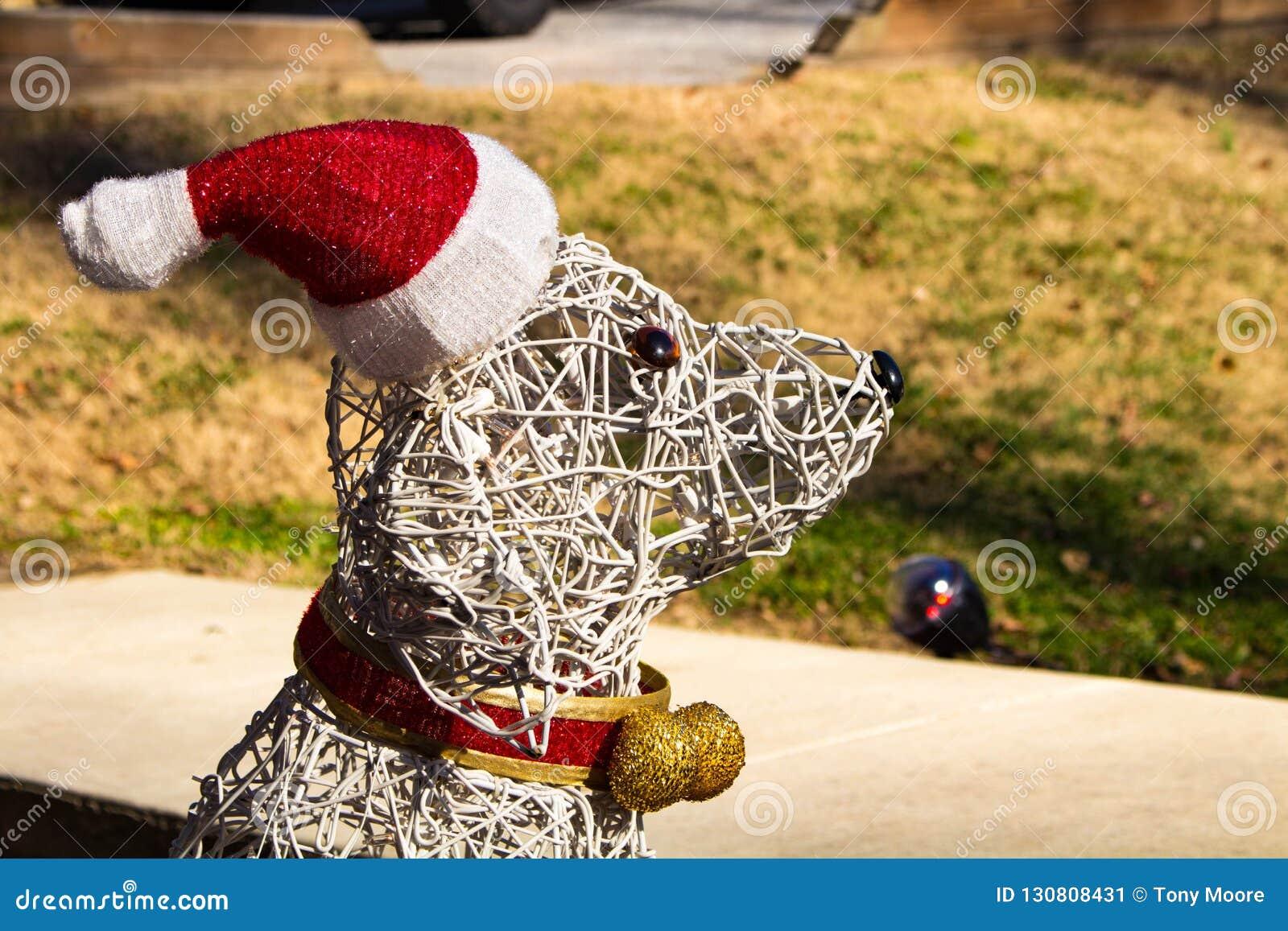 Hundeweihnachtsdekoration, die Santa Hat trägt