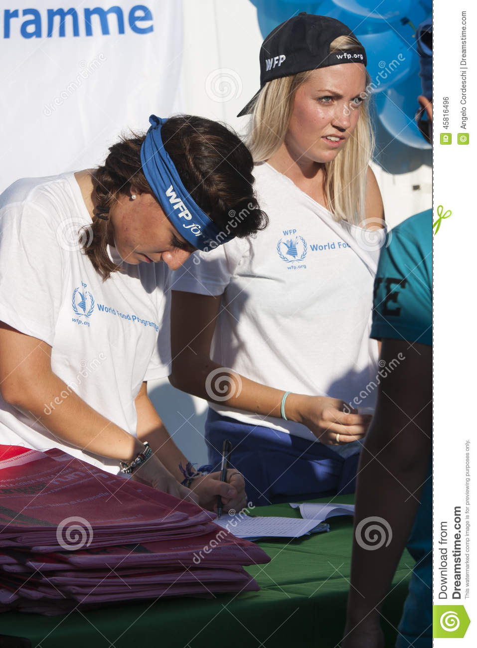 Hunger Run (Rome) - WFP - Two girls at the bench of the inscriptions