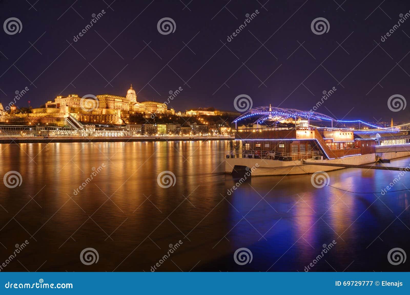 Hungría, Budapest, castillo Buda - imagen de la noche