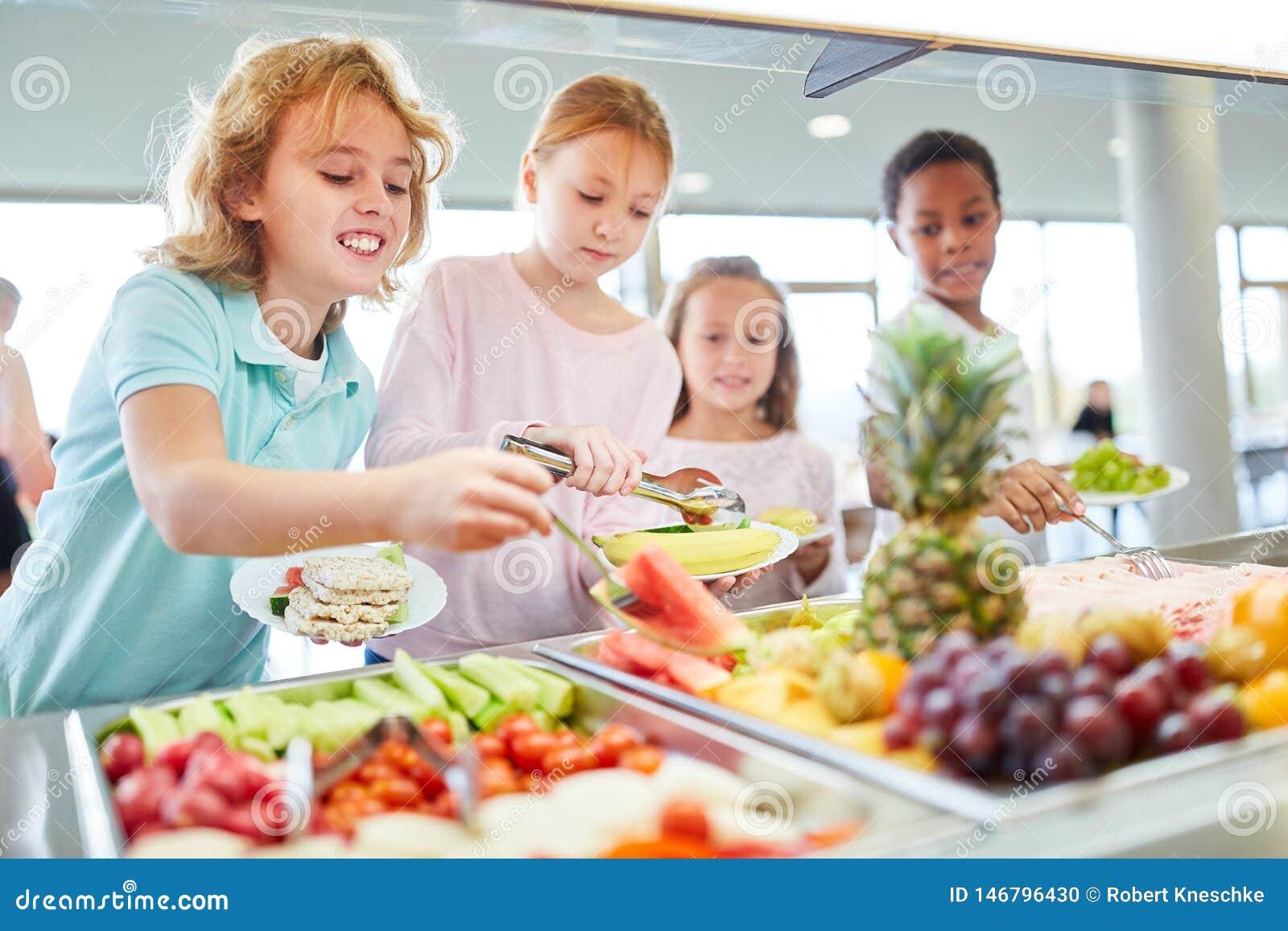 Hungriga barn får frukt på buffét