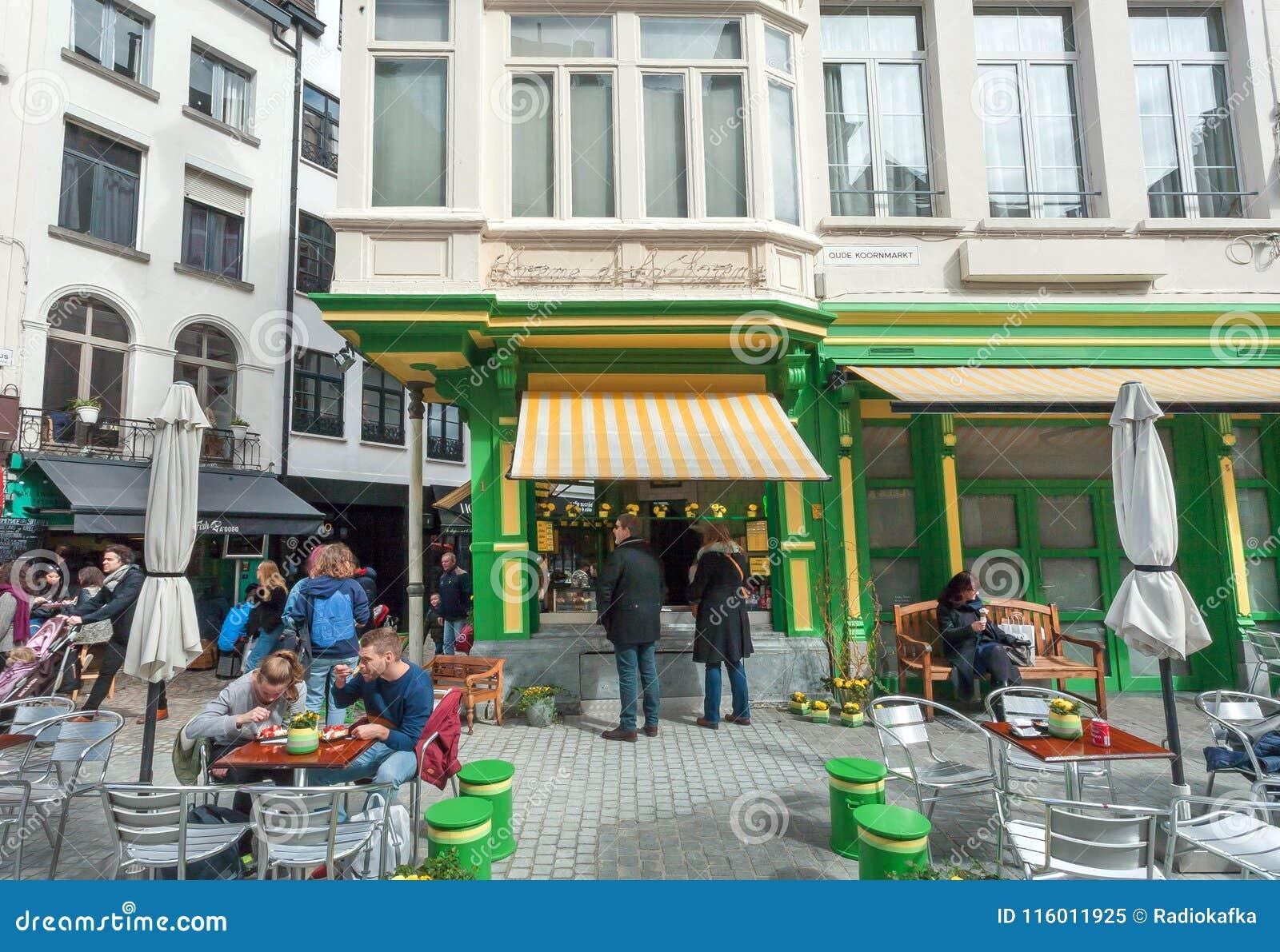 Hungrige Besucher Caféessenfastfoods des im Freien und Entspannung an den kleinen Metalltischen