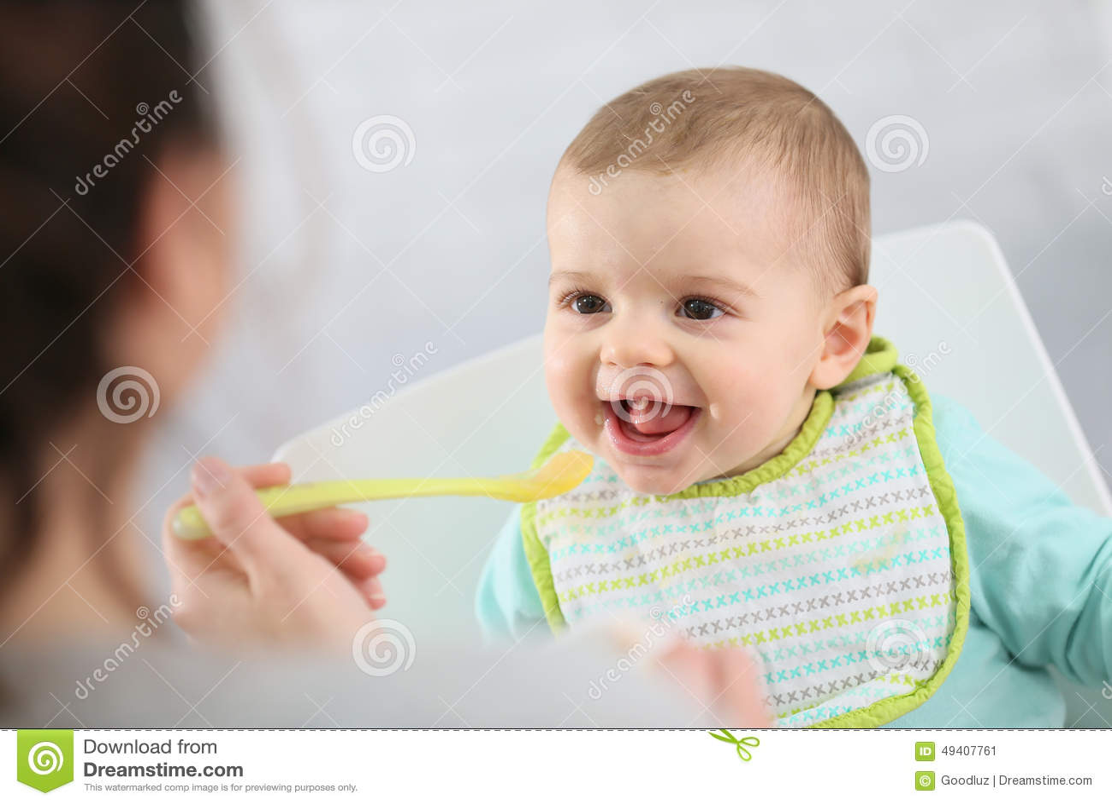 Download Hungriges Kleines Baby, Das Gedämpfte Früchte Isst Stockbild - Bild von schön, schätzchen: 49407761
