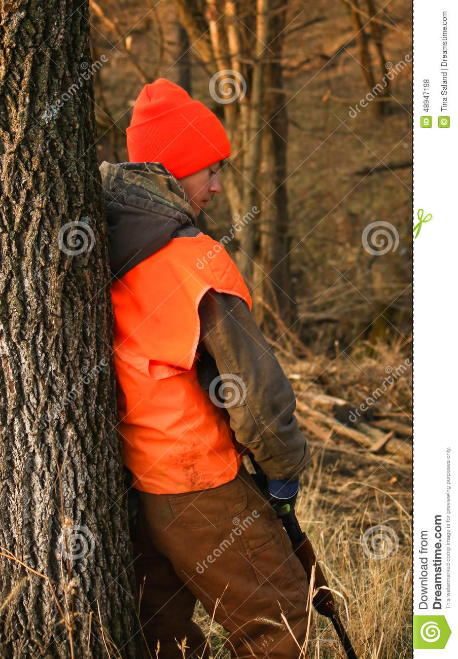 hunter-waiting-youg-bored-deer-to-shoot-