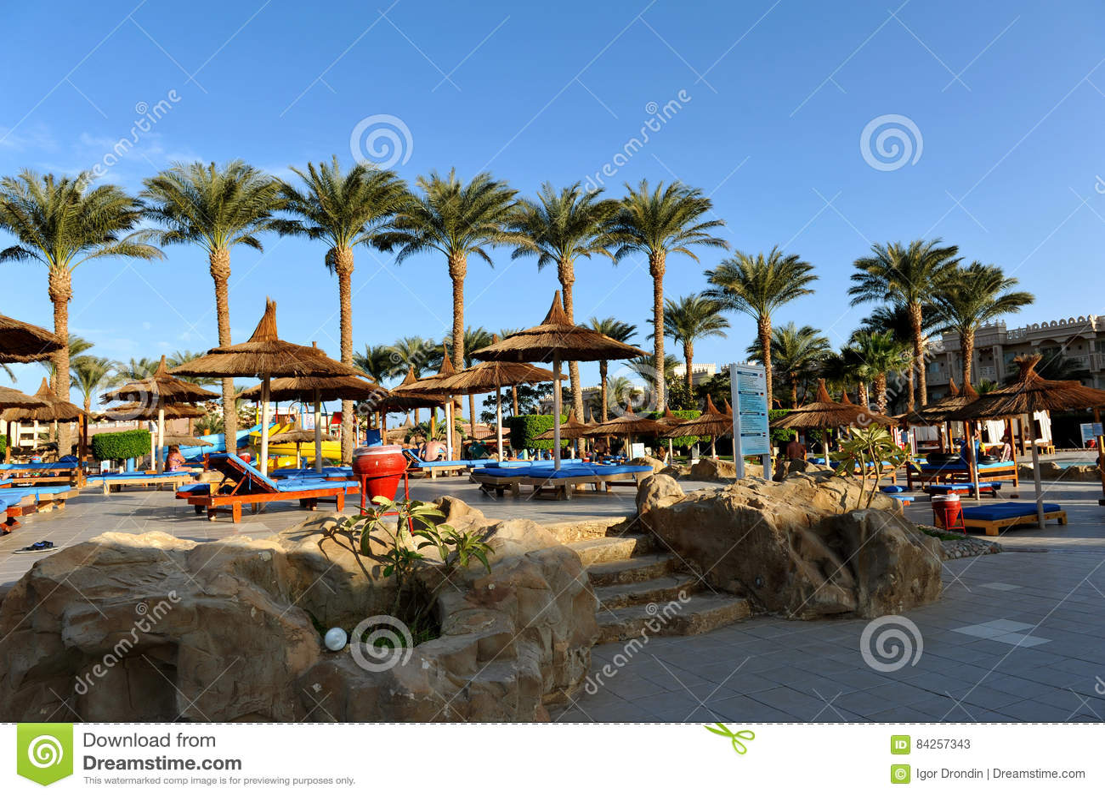 HURGHADA, EGYPTE - 14 OCTOBRE 2013 : Les personnes non identifiées nagent et les prennent un bain de soleil dans la piscine à une